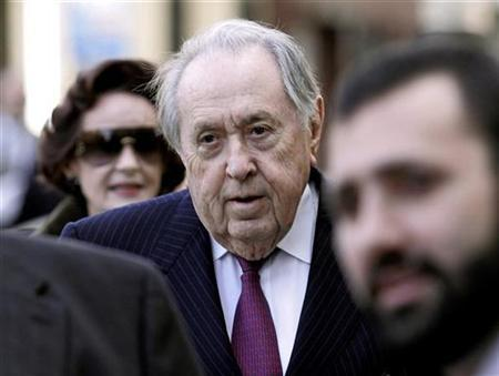 Oil trader Oscar S. Wyatt, Jr. arrives for sentencing at Federal Court in New York, November 27, 2007. Wyatt pleaded guilty to charges that paid millions to Iraqi officials to win contracts related to the United Nations' oil for food program. REUTERS/Jeff Zelevansky
