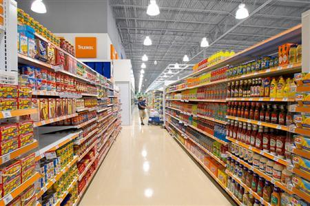 A grocery aisle in an undated image. U.S. health regulators on Thursday debated a consumer group's bid to boost regulation of salt in food and revoke the ingredient's ''generally recognized as safe'' status. REUTERS/File