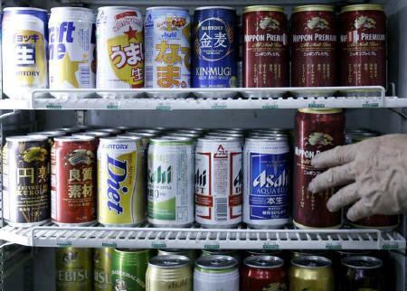 11月30日、アサヒビールが国内で製造するビールなどの生産者価格を08年3月1日から引き上げると発表。写真は7月、都内のコンビニで撮影(2007年 ロイター/Toru Hanai)