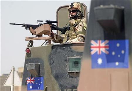 An Australian solider guards an area during a joint street patrol with Iraqi security forces in Sammawa, south of Baghdad June 22, 2006. REUTERS/Mohammed Jalil/Pool