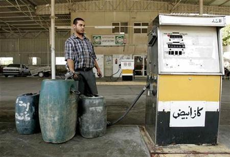 A Palestinian fills fuel from a petrol station in the southern Gaza Strip, September 19, 2007. REUTERS/Ibraheem Abu Mustafa