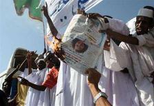<p>Manifestanti sudanesi bruciano la foto dell'insegnante britannica Gillian Gibbons durante una protesta a Khartoum. REUTERS/Mohamed Nureldin Abdalla</p>