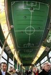 <p>Трамвай, декорированный в футбольном стиле, в Цюрихе 30 ноября 2007 года. Организаторы чемпионата Европы 2008 года, который пройдет в Австрии и Швейцарии, решили, что игроки, участвующие в турнире, должны будут платить налоги согласно законодательству страны, сообщается в заявлении организаторов турнира, опубликованном в пятницу. (REUTERS/Arnd Wiegmann)</p>