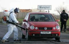 <p>Работник санитарной службы Румынии дезинфицирует автомобиль в деревне Муригиоль, где были найден вирус птичьего гриппа H5N1, 29 ноября 2007 года. Опасный для людей вирус птичьего гриппа H5N1 обнаружен в субботу на одной из польских ферм, расположенной недалеко от города Плоцк, сообщила представитель комитета города по управлению в кризисных ситуациях Хилари Янушчик в эфире одного из польских телеканалов. (REUTERS/Bogdan Cristel)</p>