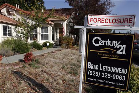 A foreclosure sign is seen in Antioch, California November 27, 2007. Mortgage industry executives worked on Saturday to hammer out details of a homeowner rescue plan that would freeze interest rates on some U.S. subprime mortgages for up to seven years, but questions remained over how to avoid investor lawsuits and other legal challenges. REUTERS/Erin Siegal