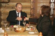 <p>Президент РФ Владимир Путин (слева) с женой Людмилой в ресторане в Москве 2 декабря 2007 года. Пирожные с кремом по восемь рублей и чай по два - в Москве сегодня праздник щедрости, угрожающий её статусу одного из самых дорогих городов мира. (REUTERS/RIA Novosti/Kremlin)</p>