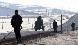 <p>Турецкие солдаты патрулируют приграничную с Ираком область в провинции Хаккари 1 декабря 2007 года. Армия Турции в субботу перешла турецко-иракскую границу, сообщили представители вооруженных сил страны. (REUTERS/Erkan Capraz/Anatolian)</p>
