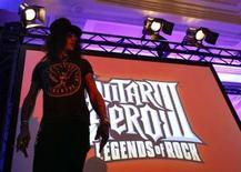 <p>Le célèbre guitariste de rock Slash lors de la présentation du jeu vidéo Guitar Hero III, d'Activision. Le groupe Vivendi a l'intention de fusionner sa division de jeux interactifs avec les activités de l'éditeur américain de jeux vidéo Activision pour créer une nouvelle société nommée Activision Blizzard qui sera présente dans les jeux en ligne et les consoles. /Photo prise le 11 juillet 2007/REUTERS/Mario Anzuoni</p>