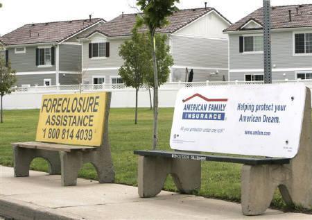 11月30日、米財務省と住宅ローンを提供している金融機関がサブプライム住宅ローン問題対策として、ローン金利を凍結する方向で調整を進めている。7月27日にコロラド州で撮影した住宅関連の看板(2007年 ロイター/Rick Wilking)