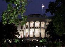 <p>Вид американского Белого дома ночью 26 июля 2000 года. Администрация США призвала российские власти расследовать сообщения о фальсификациях в ходе воскресных парламентских выборов, по итогам которых лидирует партия президента Владимира Путина. (WASHINGTON/COOMBS).</p>