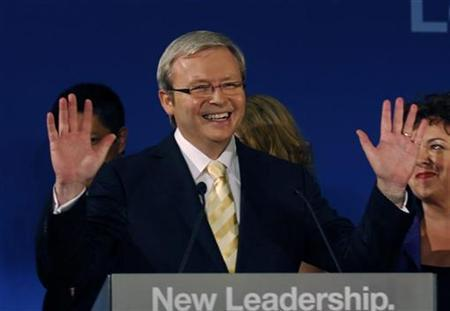 Newly elected Prime Minister Kevin Rudd waves to the crowd after Labour won the Federal election, Brisbane, November 24, 2007 . REUTERS/Steve Holland