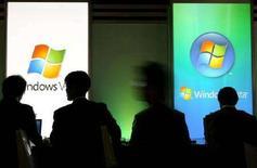 <p>Visitatori provano Windows Vista durante la World PC Expo di Tokyo, nell'ottobre 2006. REUTERS/Kiyoshi Ota (JAPAN)</p>