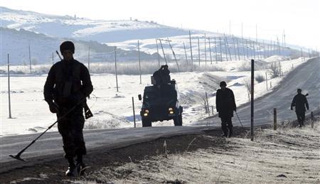Turkish soldiers patrol in the southeastern Turkish province of Hakkari December 1, 2007. REUTERS/Erkan Capraz/Anatolian