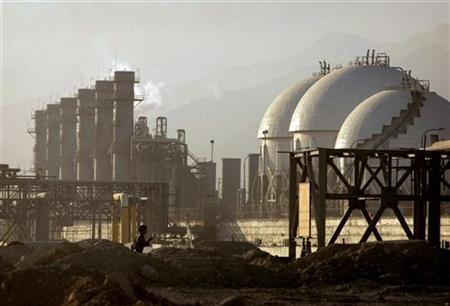 A view of a petrochemical complex in Assaluyeh on Iran's Persian Gulf coast May 28, 2006. A U.S. intelligence report showing that Tehran halted its atomic weapons program four years ago reduces the chance of a U.S. military confrontation with Iran and could erode the geopolitical risk premium on crude oil prices, analysts said on Tuesday. REUTERS/Morteza Nikoubazl