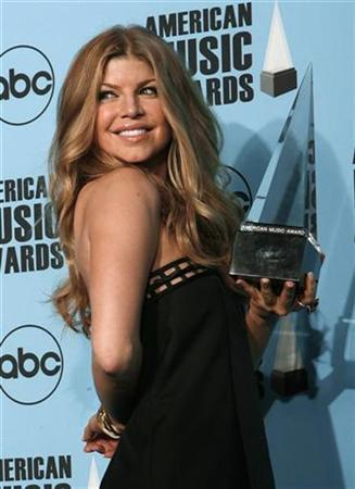 Fergie poses backstage with her award for favorite pop/rock female artist at the 2007 American Music Awards in Los Angeles, California November 18, 2007. REUTERS/Mike Blake