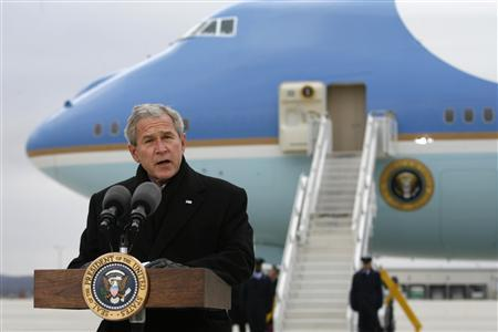President Bush stands in front of Air Force One as he makes remarks about Iran during a visit to Omaha, Nebraska December 5, 2007. REUTERS/Kevin Lamarque