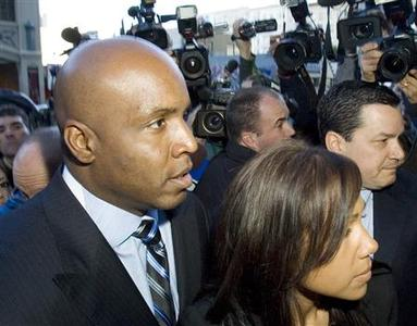 Baseball home-run king Barry Bonds (L) arrives with his wife, Liz, at a federal court house in San Francisco, California, December 7, 2007. A federal grand jury has indicted Bonds on charges of lying and obstructing justice in an investigation into allegations of steroid use. REUTERS/Kimberly White