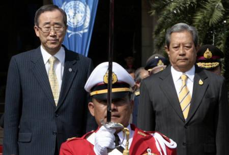 UN Secretary-General Ban Ki-moon (L) stands next to Thailand's Prime Minister Surayud Chulanont as they review the honour guard during a welcome ceremony at the Government House in Bangkok December 10, 2007. REUTERS/Sukree Sukplang