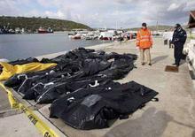 <p>Мешки с телами нелегальных эмигрантов, погибших в результате кораблекрушения у берегов Турции. Измир, 10 декбрая 2007 года. По меньшей мере 51 человек погиб у побережья Турции в результате крушения судна, перевозившего около 85 нелегальных эмигрантов, сообщили турецкие власти в понедельник, сообщил телеканал CNN Turk. (REUTERS/Stringer)</p>