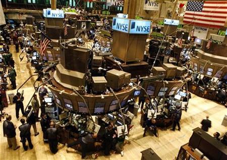 Traders work on the floor of the New York Stock Exchange December 5, 2007. REUTERS/Brendan McDermid
