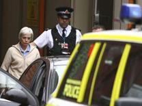 <p>Anne Darwin, l'épouse d'un Britannique que l'on croyait mort dans un accident de canoë en 2002 et qui est réapparu voici une semaine après avoir été porté disparu, a été inculpée d'escroquerie. /Photo prise le 9 décembre 2007/REUTERS/Phil Noble</p>