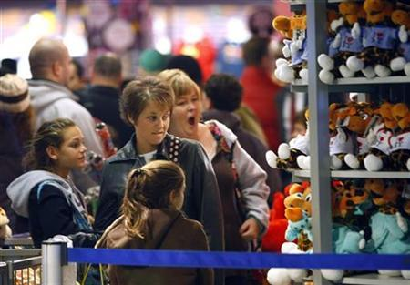 Shoppers look at merchandise in the 'Toys R Us' store in New York's Time's Square, November 23, 2007. REUTERS/Brendan McDermid