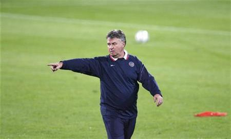 Russia's head coach Guus Hiddink gestures during a training session at Ramat Gan stadium near Tel Aviv, November 16, 2007. REUTERS/Oleg Popov