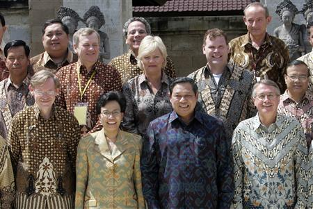 (Front L-R) World Bank President Robert Zoellick, Indonesia's Finance Minister Sri Mulyani, Indonesia's President Susilo Bambang Yudhoyono and Australia's Treasurer Wayne Swan pose with other delegates after opening the High Level Event On Climate Change Finance Ministers conference in Jimbaran, Bali island, December 11, 2007. REUTERS/Supri