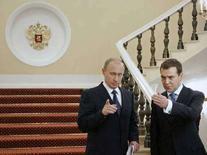 <p>Президент РФ Владимир Путин (слева) и первый вице-премьер Дмитрий Медведев в Кремле. Москва, 8 июня 2006 года. Кандидат в президенты России Дмитрий Медведев считает, что нынешний глава государства Владимир Путин должен стать премьер-министром РФ после выборов марта 2008 года. (REUTERS/ITAR-TASS/PRESIDENTIAL PRESS SERVICE/Files)</p>
