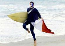 <p>Болельщик сборной Франции по футболу радуется победе своей команды в финале чемпионата мира 1998 года. Сидней, 13 июля 1998 года. Франция подаст заявку на проведение финальной части чемпионата Европы 2016 года, сообщил министр спорта страны Бернар Лапорт во вторник. (MARK BAKER/REUTERS)</p>