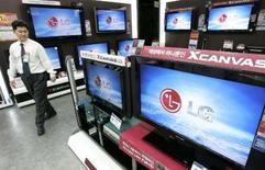 <p>Le sud-coréen LG Electronics a choisi trois nouvelles agences mondiales de publicité (Mindshare et Y&R Worldwide du réseau WPP et Publicis Modem du groupe français Publicis) pour l'aider à développer la notoriété de sa marque. /Photo prise le 23 janvier 2007/REUTERS/Jo Yong-Hak</p>