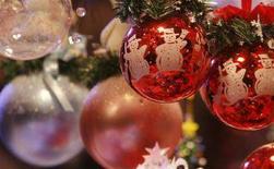 <p>Decorazioni natalizie in un grande magazzino. REUTERS/Vincent Kessler (FRANCE)</p>
