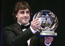 """<p>Испанский гонщик Фернандо Алонсо держит в руках приз за третье место, завоеванное им в чемпионате мира по автогонкам в классе """"Формула-1"""". Монако, 7 декабря 2007 года. (REUTERS/Lionel Cironneau/Pool)</p>"""