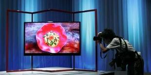 <p>Téléviseur LCD conçu par Sharp. Le fabricant japonais a intenté une action en justice contre le sud-coréen Samsung Electronics pour violation de trois brevets liés à la fabrication d'écrans à cristaux liquides. Les trois brevets concernés portent sur la luminosité, les vitesses de réponse et les angles de vue. /Photo prise le 22 août 2007/REUTERS/Michael Caronna</p>