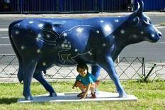 <p>Девочка играет с пластиковой коровой, выполненной в натуральную величину, в центре Варшавы 24 июня 2005 года. Россия отменит запрет на ввоз мяса из Польши на следующей неделе и завершит тем самым двухлетний спор, заметно охладивший отношения с Европейским союзом. (REUTERS/Katarina Stoltz)</p>