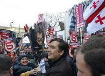 <p>Кандидат в президенты Грузии Михаил Саакашвили встречается со своими сторонниками в городе Телави 10 декабря 2007 года. За пост президента Грузии на досрочных выборах 5 января будут бороться семь кандидатов, включая бывшего главу государства Михаила Саакашвили, назначившего выборы для разрешения спора с оппозицией после жестокого подавления мирного митинга в Тбилиси в начале ноября. (REUTERS/Irakli Gedenidze/Pool)</p>