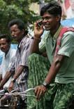 <p>L'Inde et la Chine ont rejoint en 2006 le Brésil et la Russie au rang des pays moteurs de la croissance du secteur de la téléphonie mobile, selon une étude d'Ofcom. /Photo d'archives/REUTERS/Rupak De Chowdhuri</p>