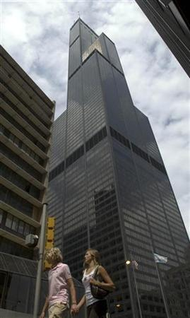 A couple walks past the Sears Tower in Chicago June 23, 2006. A U.S. judge declared mistrials on Thursday for six men accused of plotting to wage war against the United States and blow up Chicago's Sears Tower after a jury found one defendant not guilty but could not decide on verdicts against the others. REUTERS/Stephen J. Carrera