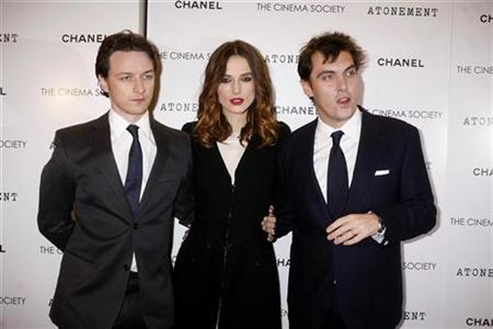 (L-R) Cast members James McAvoy (L) and Keira Knightley (C) with director Joe Wright arrive for the premiere of the film ''Atonement'' at the IFC Center in New York December 3, 2007. REUTERS/Rahav Segev