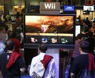"""<p>Dei ragazzi giocano al nuovo videogame di Nintendo """"Super Smash Bros. Brawl"""" sulla piattaforma Wii, Los Angeles, 19 ottobre 2007. REUTERS/Fred Prouser</p>"""