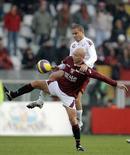 <p>Eugenio Corini del Torino (in basso) contrastato dal romanista Matteo Brighi nel match allo stadio Olimpico di Torino, 16 dicembre 2007. REUTERS/Alessandro Garofalo</p>