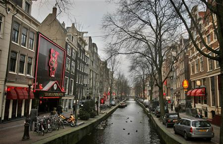 A view of the red light district in Amsterdam December 17, 2007. The city of Amsterdam announced plans on Monday to clean up its infamous ''red light'' district to fight human trafficking, money laundering and drug abuse and replace prostitutes' windows with upmarket boutiques. REUTERS/Koen van Weel