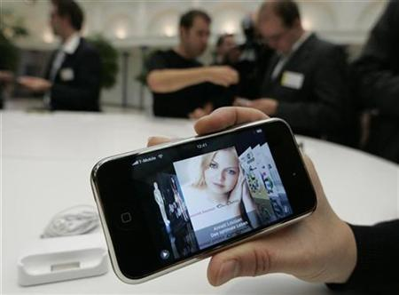 Journalists test an Apple iPhone following its introduction in Berlin September 19, 2007. Apple Inc is playing mobile operators NTT DoCoMo Inc and Softbank Corp against one another on selling the iPhone in Japan, where it would vie with some of the world's most advanced phones. REUTERS/Fabrizio Bensch
