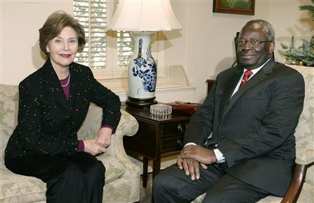 U.S. first lady Laura Bush (L) meets with UN Special Adviser on Burma Ibrahim Gambari (R) in her East Wing office at the White House in Washington December 17, 2007. REUTERS/Larry Downing