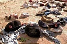 <p>Головные уборы людей, молившихся в мечети города Чарсадда в момент взрыва, совершенного экстремистом-смертником 21 декабря 2007 года. Более 30 человек погибли в результате взрыва, совершенного экстремистом-смертником в одной из мечетей в городе Чарсадда, сообщила полиция. (REUTERS/Ammad Waheed)</p>