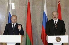<p>Президент РФ Владимир Путин (слева) и президент Белоруссии Александр Лукашенко на пресс-конференции в Минске 14 декабря 2007 года. Белоруссия за несколько дней до Нового года получила от России давно обещанный кредит на $1,5 миллиарда для оплаты подорожавших нефти и газа и уже обсуждает новый - на $2 миллиарда в 2008 году. (REUTERS/RIA-Novosti/Kremlin)</p>