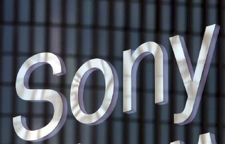 12月23日、ソニーのオンラインゲーム開発部門は、インドのザパック・デジタル・エンターテインメントが同社を買収するとの報道を否定。写真は都内のショールームで昨年10月撮影したソニーのロゴ(2007年 ロイター/Toshiyuki Aizawa)