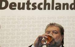 <p>Kurt Beck, politico tedesco del Social Democratic Party SPD, beve un bicchiere di birra. REUTERS/Tobias Schwarz (GERMANY)</p>
