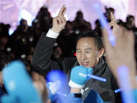 South Korean presidential candidate Lee Myung-Bak of the opposition Grand National Party (GNP) celebrates with his supporters at the party headquarters in Seoul, December 19, 2007. REUTERS/Nicky Loh