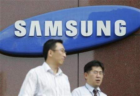 People walk in front of Samsung Group's main office in Seoul August 6, 2007. South Korean display screen maker Samsung SDI Co said on Thursday it had developed a 31-inch ultra-thin organic screen, raising the stakes in an accelerating worldwide race for organic displays. REUTERS/Lee Jae-Won
